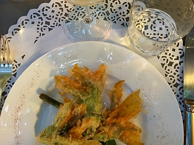 Simple and tasty. Tempura pumpkin flowers and white sauvignon. Emilia Romagna.