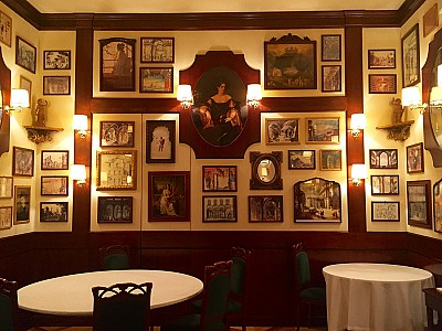 Charmoso restaurante escondido em hotel em pleno coração da moda em Milão.