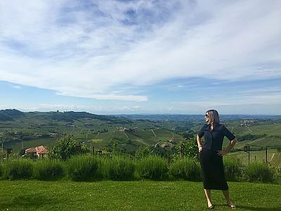 Nas colinas do Piemonte, e fantástica vista do jardim de um agriturismo de luxo.